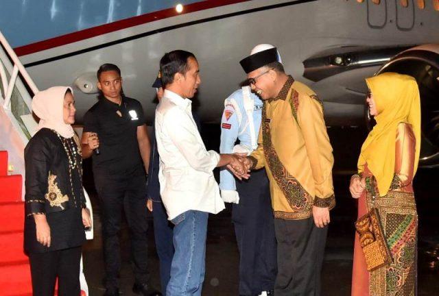 Presiden Jokowi dan Ibu Negara, Iriana Joko Widodo, disambut Plt Gubernur Aceh, Nova Iriansyah, saat tiba di Bandara Internasional Blang Bintang, Banda Aceh, Kamis malam (13/12/2018). (Foto/setkab.go.id)