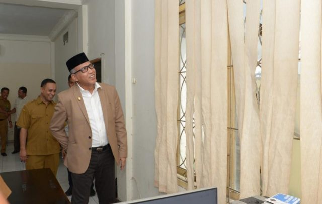 Plt Gubernur Aceh, Nova Iriansyah, ketika sidak di kantor Dinas Sosial Aceh, Selasa (15/1/2019). (Foto/Ist)