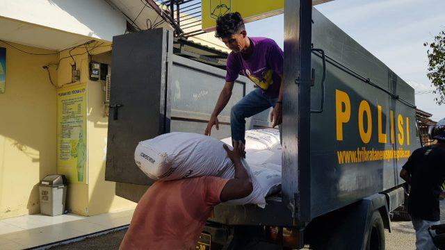 Pekerja sedang menurunkan pupuk bersubsidi yang diamankan Polres Pidie, Rabu (2/1/2019). (Foto/Muhammad Riza)