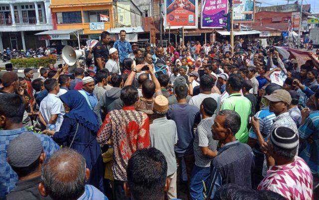 Ratusan warga menggelar aksi unjukrasa di depan Gedung DPRK Aceh Barat di Meulaboh, guna menuntut pengusutan temuan indikasi korupsi terkait pengelolaan dana desa. (Foto/Dedi Iskandar).