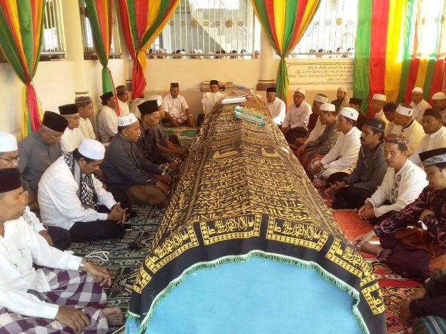 Para alumni menziarahi makam Tgk H Abdul Wahab Bin Abdul Hamid (Abu Idi Cut) di Komplek Dayah Darussa'adah Idi Cut, Kec. Darul Aman, Kab. Aceh Timur, Rabu (24/1/2019). (Foto/M. Ishak/B)