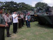Plt Gubernur Aceh, Nova Iriansyah, ketika melakukan inspeksi pasukan pengamanan kunjungan Ibu Negara, Iriana Jokowi ke Aceh, yang dijadwalkan Kamis hari ini (31/1/2019). (Foto/Humas Pemprov Aceh)