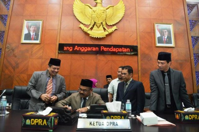 Ketua DPRA dan para Wakil Ketua serta Sekda Aceh saat pengesahan APBA 2019 di Gedung DPRA di penghujung tahun 2018. (Foto/Ist)