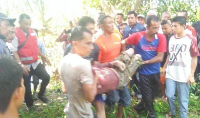 Tim SAR dan masyarakat mengevakuasi korban setelah ditemukan dalam kondisi meninggal dunia. (Foto/Zammil)