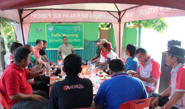 Dandim Aceh Selatan Letkol Inf R.Sulistya Herlambang HB, saat coffe morning dengan insan pers di Ruang Taman Hijau (RTH), di Tapaktuan, Jumat (4/1/2019). (Foto/Faisal)