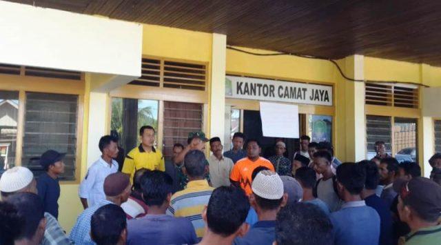 Ratusan warga Desa Babah Krueng Kecamatan Jaya, Aceh Jaya, mendatangi kantor camat untuk meminta kejelasan tapal batas desa. (Foto/azzamil)