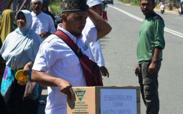 Pengurus FPI Aceh Jaya melakukan penggalangan dana bagi korban tsunami Lampung dan Banten. (Foto/Zammil)