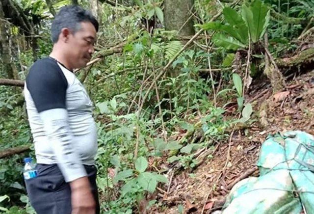 Mayat korban Irwansyah ketika ditemukan sudah menjadi kerangka. Tim penyidik dari Mapolres Aceh Tengah tampak saat akan melakukan evakuasi korban. (Foto/dok)