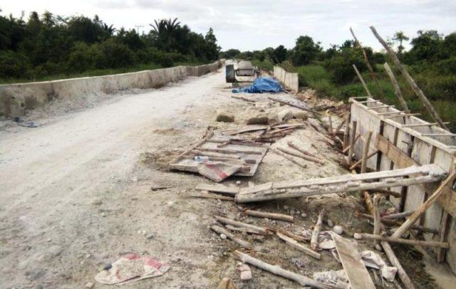 Proyek bersumber APBN DAK Penugasan, kegiatan peningkatan jalan Singkil-Teluk Rumbia yang tidak tuntas dikerjakan hingga mati anggaran 2018. (Foto/Arief H)