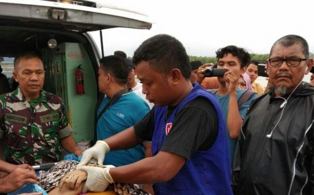 Petugas medis bersama aparat keamanan sedang mengangkat Zulidar, 45, yang ditemukan terapung, Kamis (10/1/2019). (Foto/Zainal Abidin)