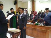 Ketua DPRK Pidie, Muhammad AR, S.Pdi sedang melantik Syahrul Usman sebagai anggota DPRK Pidie dari F-Partai Aceh menggantikan Abdullah yang telah mengundurkan diri karena pidah ke Partai Demokrat. Jumat (11/1/2019). (Foto/Muhammad Riza)