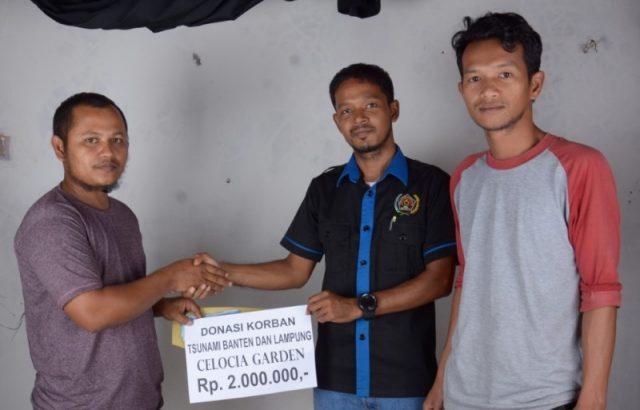Proses penyerahan sumbangan dari Abdo Rani mewakili pemilik Taman Cesolia, yang diterima oleh Arif Hidayat, Bendahara PWI Aceh Jaya. (Foto/Ist)