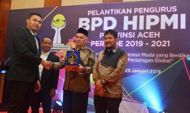 Asisten II Setda Aceh, Taqwallah, menerima cendera mata dari HIPMI. (Foto/Ist)