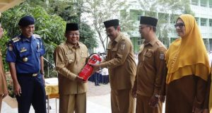 Wali Kota Banda Aceh, Aminullah Usman, menyerahkan secara simbolis bantuan APAR kepada 10 sekolah tingkat SMP se-Banda Aceh. (Foto/Ist)