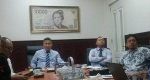 Pimpinan Bank Indonesia (BI) Perwakilan Aceh, Zainal Arifin Lubis, ketika berdiskusi dengan sejumlah pimpinan media, diantaranya tampak Plt Ketua PWI Aceh, Aldin NL yang juga Penanggungjawab Waspadaaceh.com dan CEO KBA.ONE, Ramadansyah. (Foto/Al-Farizi)