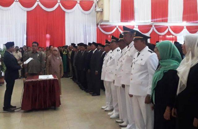 Wakil Bupati Tgk.Amran bacakan sampah jabatan tterhadap 132 penjabat yang dimutasi. Selasa (22/01/2019l (Foto/Faisal)