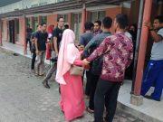 Keluarga almarhum Rasyidin berkumpul di depan ruang jenazah di RSUD Cut Nyak Dhien Meulaboh, Aceh Barat, dan sempat terjadi ketegangan kecil terkait meninggalnya pensiunan PNS tersebut, Jumat (25/1/2019). (Foto/Dedi Iskandar)