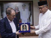Plt Gubernur Aceh, Nova Iriansyah, memberikan cendera mata kepada Duta Besar Perancis untuk Indonesia, Mr. Jean-Charles Berthonnet. (Foto/Ist)