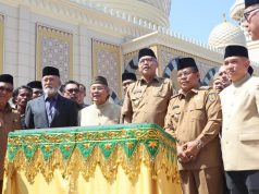 Tampak Plt Gubernur Aceh, Nova Iriansyah, Wali Nanggroe Aceh, Malik Mahmud, dan Wali Kota Banda Aceh, Aminullah Usman, saat peresmian Masjid Haji Keuchik Leumik. (Foto/Ist)