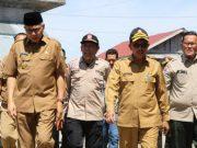 Plt Gubernur Aceh, Nova Iriansyah, dan Kepala Dinas Sosial Aceh, Drs Alhudri serta Kepala BPBA, Teuku Dadek, saat menyerahkan bantuan bencana kebakaran di Aceh Selatan, beberapa waktu lalu. (Foto/Ist)