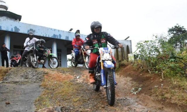 Tgk. Syarkawi dengan mengunakan trail menjejah kawasan perkampungan di 3 kecamatan di Kabupaten Bener Meriah. (Foto/Dok/Waspada).
