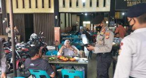 Sejumlah personil kepolisian saat melakukan patroli protokol kesehatan, di Jalan Teuku Nyak Arief, Lamgugob, Kec. Syiah Kuala, Kota Banda Aceh, Rabu (31/03/2021). (Foto/Ist)