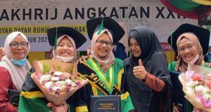 Rizqa Tsurayya, 17, peraih juara umum serta Hafizah 30 Juz, foto bersama ibundanya, Nana Suraiya, dengan kerabat serta teman-temannya. (Foto/Ist)
