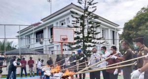 Kanwil Bea Cukai Aceh memusnahkan barang milik negara (BMN) dan barang sitaan di Kantor Wilayah Bea Cukai Aceh di Banda Aceh, Kamis (1/4/2021). (Foto/Cut Nauval Dafistri)