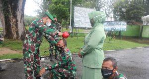 Komandan Kodim 0114/Aceh Jaya Letkol CZI Arief Hidayat, M.han, mengakhiri kegiatan Korp Raport kenaikan pangkat dengan tradisi penyiraman air kembang kepada 36 personil di Makodim setempat, Kamis (1/4/2021). (Foto/Ist)
