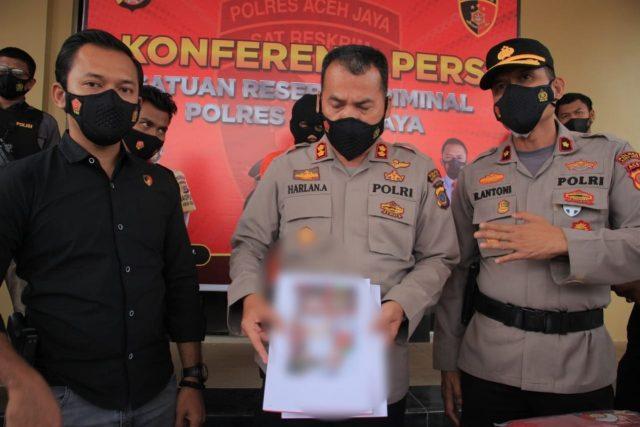 Kapolres Aceh Jaya, AKBP Harlan Amir, didampingi Wakapolres, Kompol Rizal Antoni dan Kasat Reskrim, Miftahuda Dizha Fezuono, dalam konferensi pers, Kamis (1/4/2021), memperlihatkan foto bayi yang tewas. (Foto/Zammil)