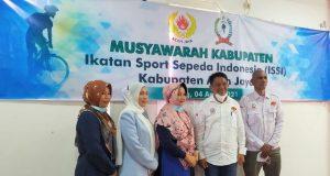 Fitri Maya Lisa (tengah) bersama pengurus ISSI Aceh usai melaksanakan Musyawarah Kabupaten Ikatan Sport Sepeda Indonesia (Muskab ISSI) Aceh Jaya di aula Sekretariat KONI setempat, Minggu (4/4/2021). (Foto/Zammil)