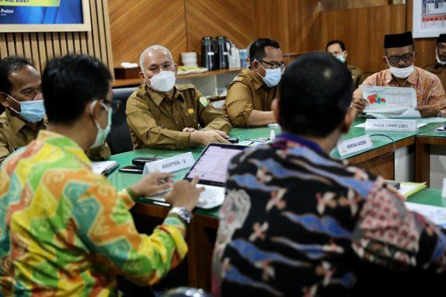 Sekda Aceh, Taqwallah, memimpin Rapat Koordinasi Penuntasan Kemiskinan Aceh di Ruang Rapat Sekda Aceh, Selasa (6/4/2021). (Foto/Ist)